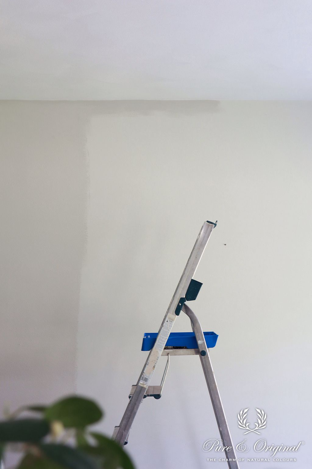 Painting with a grey white colour, Ashes, in Licetto hyper washable wall paint