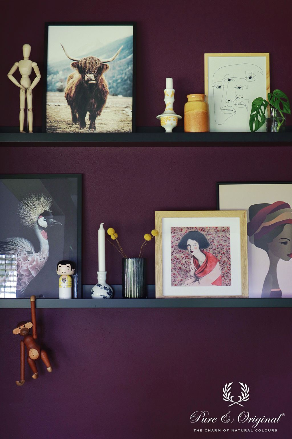 Art wall with frames, photo´s, flowers, candles, and accessories