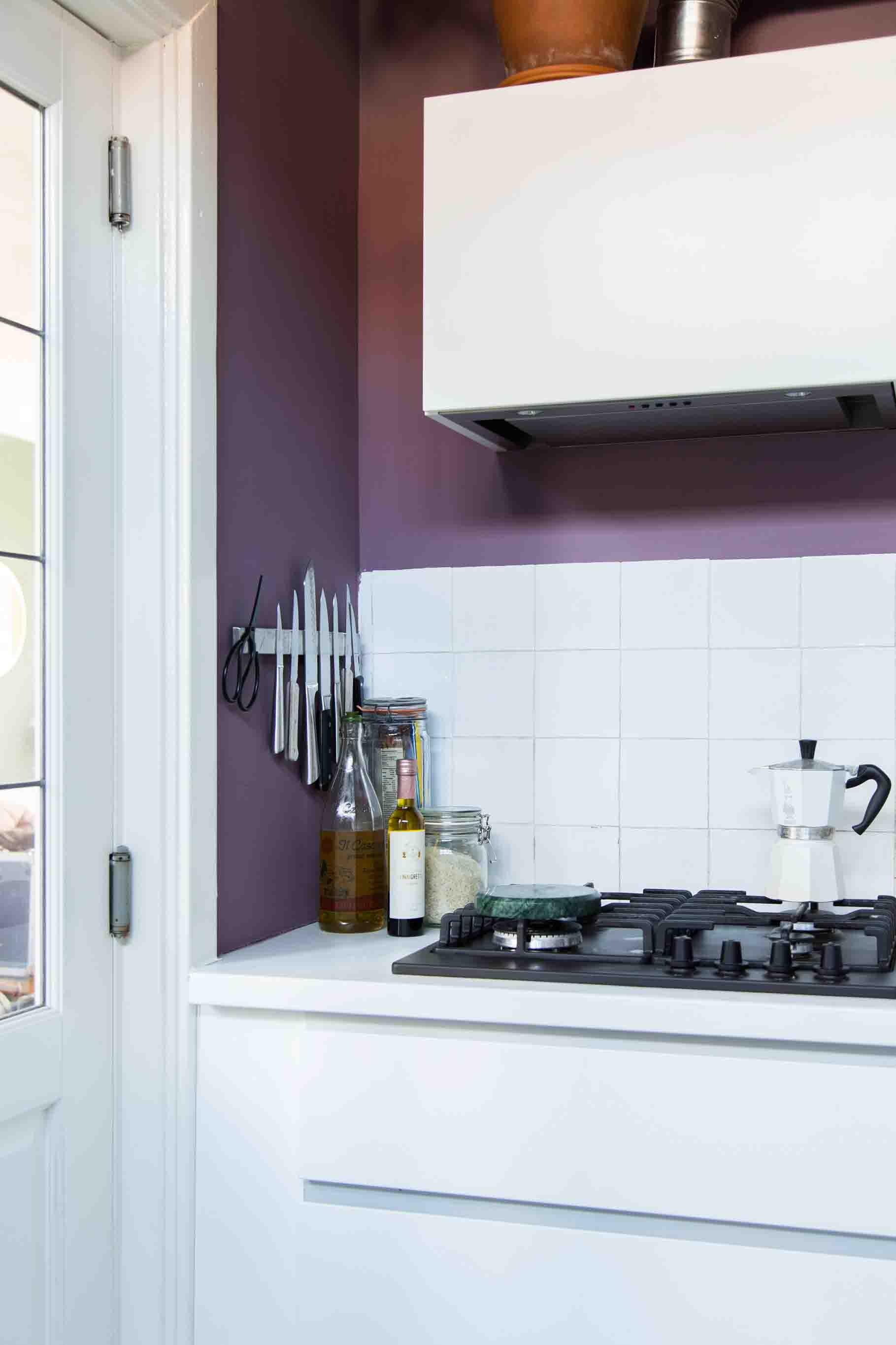 Purple is a perfect combination with fresh white for a clean kitchen look