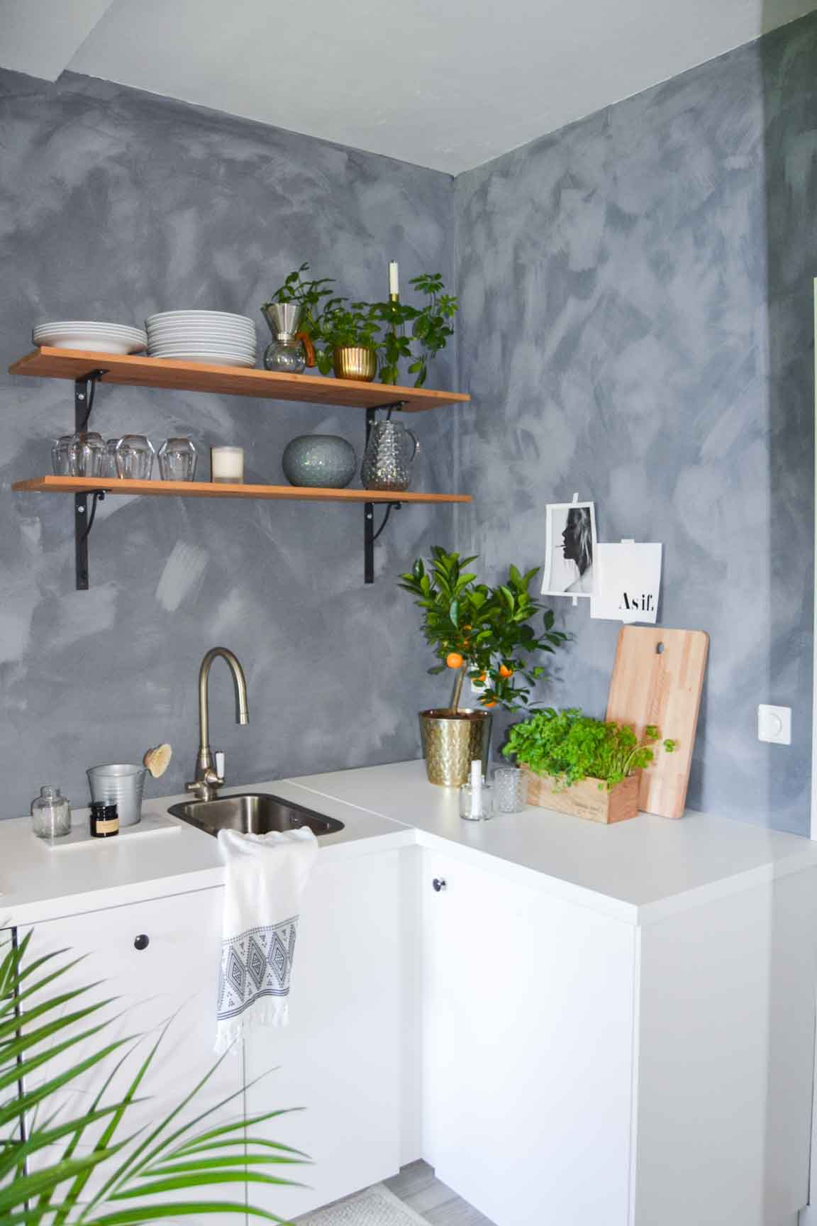 Blue Nordic look kitchen with lime paint