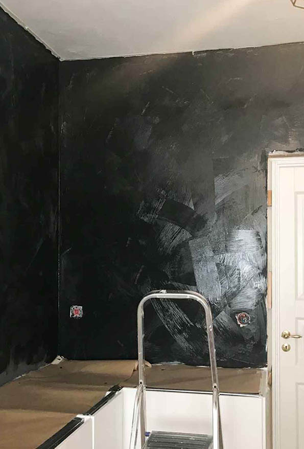 Painting the wall with lime paint in blue