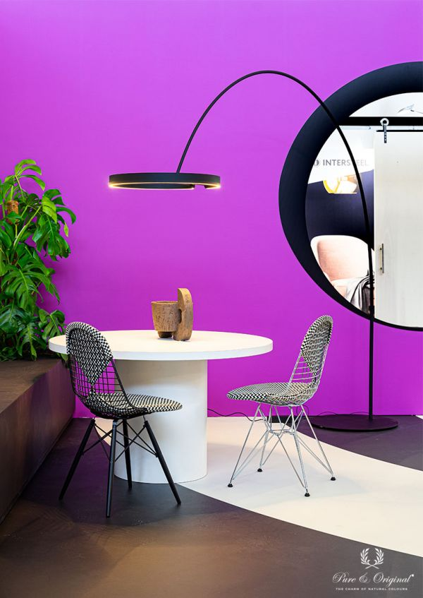 Living room in a bright pink pruple colour, combined with black and white