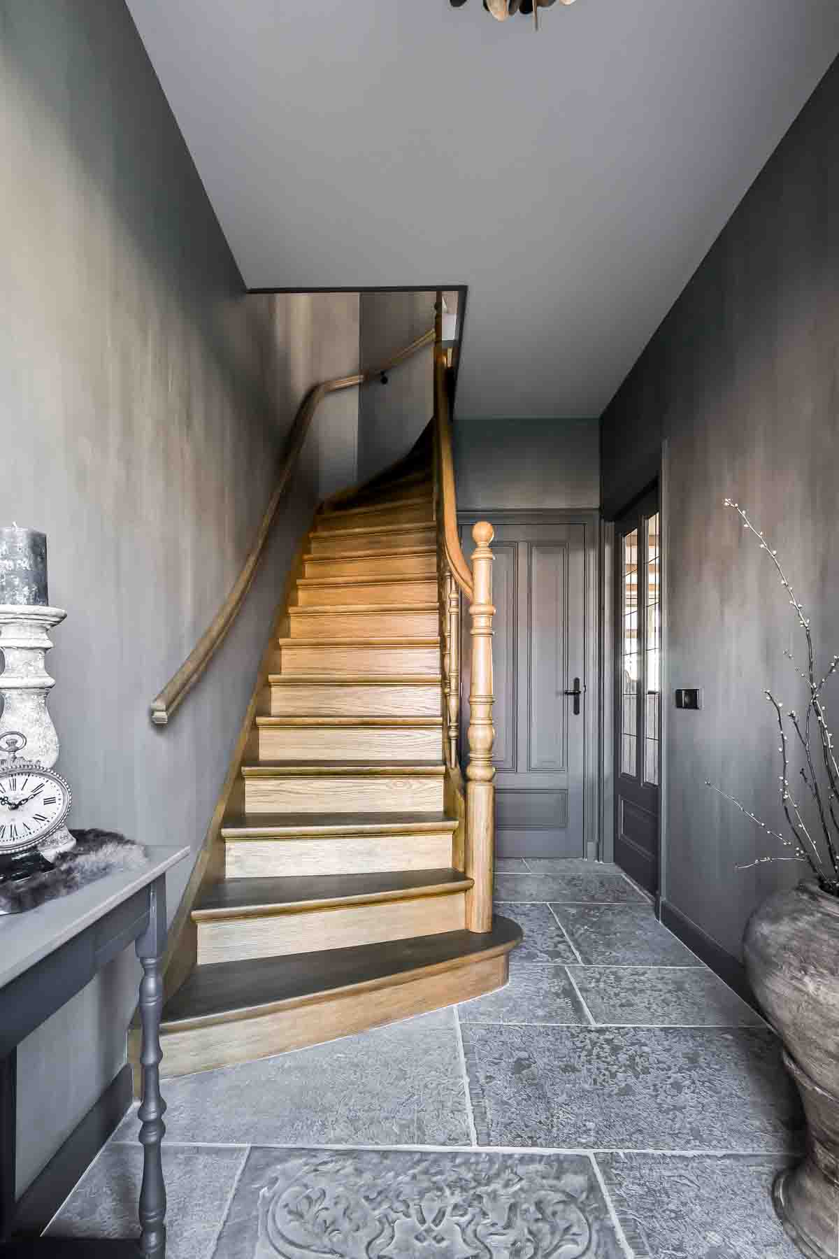Hallway with Fresco lime paint in the colouer Ground Pepper