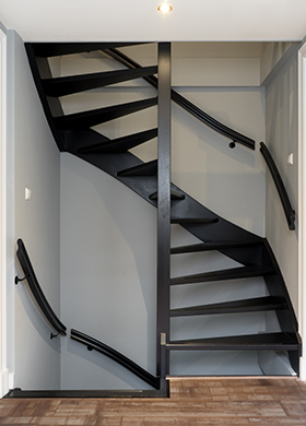 Carazzo in the colour Black, applied on the stairs