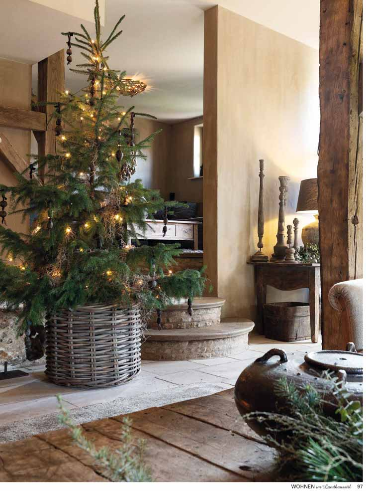 Entrance of living room, with tiled floor and Christmas tree and tan walls