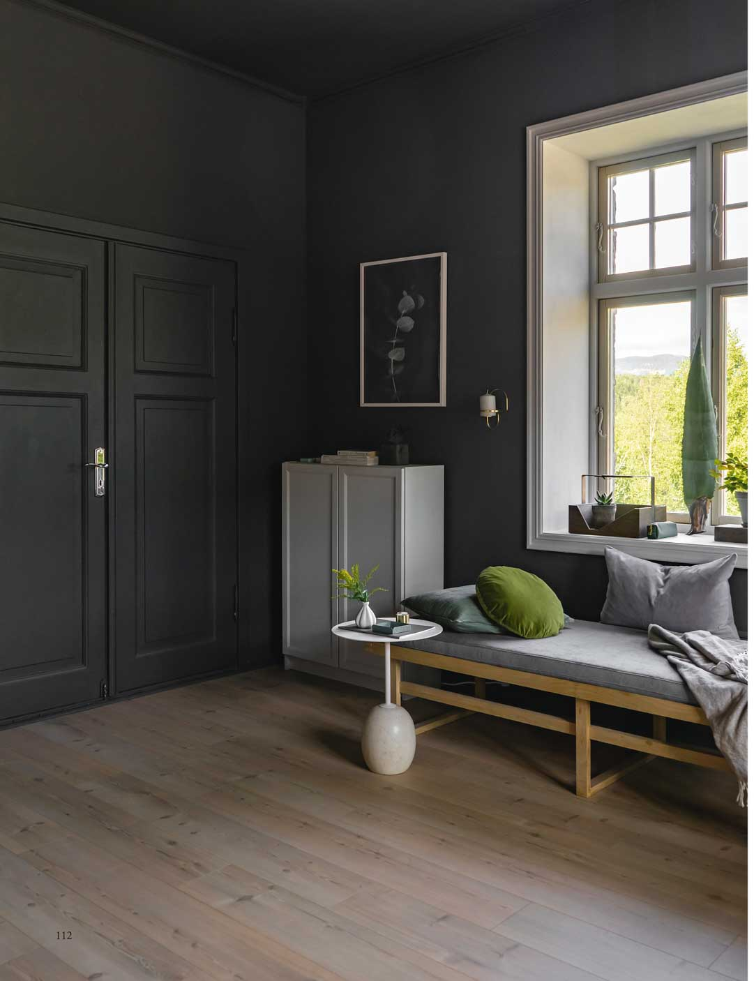 Black livingroom in Black Smoke with grey accents